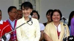 카렌 소수민족 대표단을 만난 아웅산 수치 여사 (왼쪽).