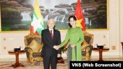 """Ông Nguyễn Phú Trọng bắt tay bà Aung San Suu Kyi trong chuyến đi nâng cấp quan hệ giữa hai nước lên thành """"Đối tác hợp tác toàn diện""""."""