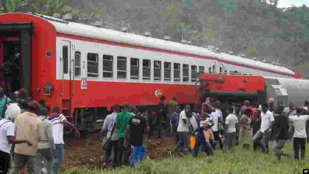 Plusieurs personnes sont venues constater les dégâts après le déraillement du train qui a causé plus de 70 morts à l'entrée de la gare Eseka, au Cameroun, 21 octobre 2016.