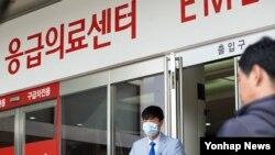 마스크를 착용한 병원 관계자가 13일 서울 종로구 서울대학교병원 응급실을 나서고 있다. (자료사진)