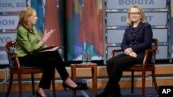 29일 미국 워싱턴 뉴지엄에서 인터넷 회견을 가진 힐러리 클린턴 국무장관(오른쪽).