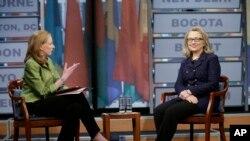 """Državna sekretarka Hilari Klinton sa Li Sejls iz Australijske radio-televizije za vreme globalnog intervjua u vašingtonskom muzeju novinarstva -""""Njuziumu""""."""