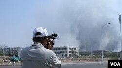 天津爆炸现场采访的记者(美国之音记者东方拍摄)