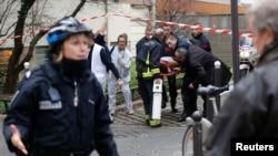 Evacuation des victimes de l'attentat à Charlie Hebdo (Reuters)