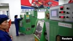지난 5월 북한 평양의 326전선공장에서 직원들이 기계를 조작하고 있다.