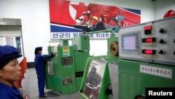 지난 5월 북한 평양의 326전선공장에서 직원들이 생산 설비를 조작하고 있다. (자료사진)