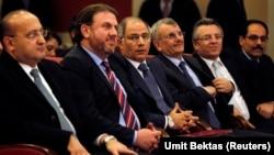Yeni İçişleri Bakanı Efkan Ala (soldan üçüncü) Başbakan Erdoğan'ı yeni kabinenin açıklanması sırasında dinleyenler arasındaydı