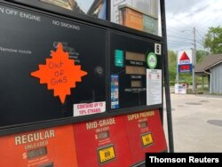 12일 미국 노스캐롤라이나주 웨인즈빌의 한 주유소 주유기에 '휘발유가 떨어졌다'는 안내문이 붙어있다. 최근 미국에서는 송유관 관리업체 '콜로니얼 파이프라인' 해킹 사건으로 송유관 가동이 중단되면서 일부 지역에서 기름 품귀 현상이 발생했다.