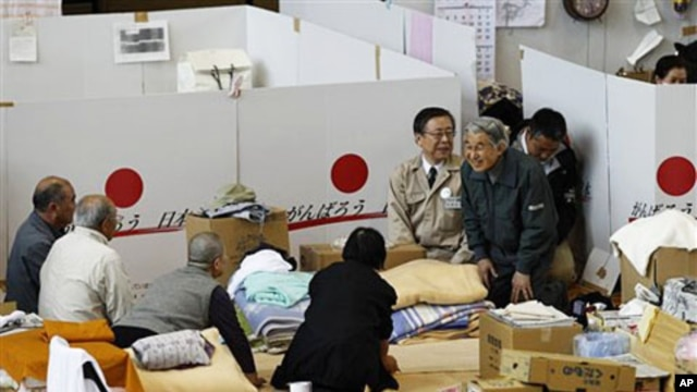 Japan's Emperor Akihito (R) talks to evacuees at a shelter for people who fled their houses because of radiation fear by the March 11 tsunami-crippled Fukushima Daiichi nuclear power plant in Fukushima, northeastern Japan, May 11, 2011