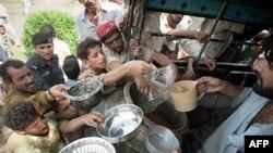 巴基斯坦洪水灾民在领取食物