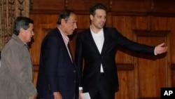 El canciller de Ecuador, Guillaume Long (derecha), junto a Juan Camino Restrepo (centro) y el representante rebelde del ELN Pablo Beltrán ofrecieron una conferencia de prensa en Quito, Ecuador, el miércoles, 18 de enero, de 2017.