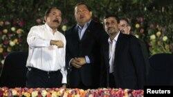 Los presidentes de Nicaragua, Daniel Ortega, de Venezuela, Hugo Chávez y de Irán, Mahmoud Ahmadinejad, conversan en enero de 2012, en Nicaragua.
