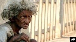 图为印度孟买一名无家可归者资料照