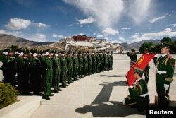 在中国青年节,武警在拉萨布达拉宫前面宣誓(2009年5月4日)