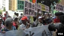示威者呼喊保钓口号,高举反美日安保条约标语 (美国之音叶兵拍摄)