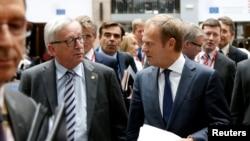 Le président de la Commission européenne Jean-Claude Juncker et le président du Conseil Donald Tusk (à droite) arrivent à une conférence de presse, Bruxelles, Belgique, le 29 juin 2016.