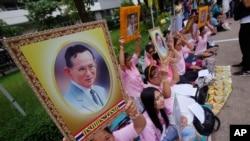 泰国民众手举普密蓬国王的画像在他接受治疗的医院外为国王祈福。(2016年10月12日)