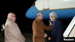 美国驻德大使在德国机场迎接美国国务卿克里