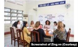 Cựu đệ nhất phu nhân Michelle Obama, cùng các nữ diễn viên Julia Roberts, Ngô Thanh Vân và Lana Condor, gặp gỡ những trẻ em gái tại trường THPT Cần Giuộc ở Long An hôm 9/12. (Ảnh chụp màn hình Zing.vn)