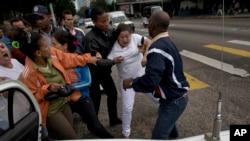 """Une """"Dame en Blanc"""" arrêtée par les forces de la sécurité d'Etat, La Havane, Cuba, le 10 décembre 2014."""