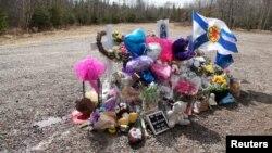 Mémorial improvisé à la mémoire de Kristen Beaton, enceinte de son troisième enfant, tuée le long de la Route des Plaines, lors de la fusillade à Debert, en Nouvelle-Écosse, au Canada, le 23 avril 2020.