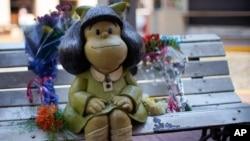 Flores foram postas no banco que tem a estátua de Mafalda, a personagem de banda desenhada criada pelo cartoonista argentino Quino. Buenos Aires, Argentina, 30 setembro, 2020.