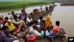 Para pengungsi Rohingya yang menghindari kekerasan di Rakhine menunggu izin di perbatasan untuk bisa masuk ke Bangladesh (foto: ilustrasi). Myanmar akan membangun pagar sepanjang perbatasan Rakhine-Bangladesh.