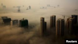지난 18일 스모그에 쌓인 중국 상동성 르자오 시 곳곳에서 공사가 진행되고 있다.