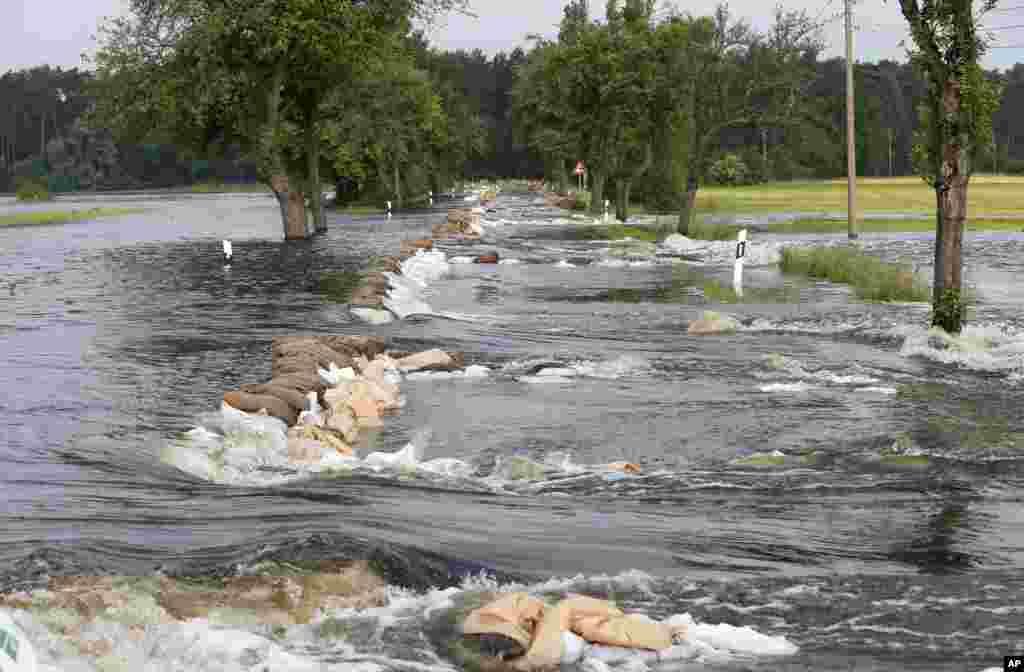 Brana napravljena od vreća sa pijeskom nije bila dovoljna da zadrži nabujale vode koje su poplavile saobračajnicu koja povezuje njemačke gradove Wulkau and Kamern.