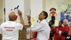 Rais Obama akisaidia kazi ya kupiga katika maadhimisho ya siku ya Martin Luther King Jr