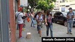 28 Nisan 2021 - İşsizlik oranlarında ilk sırada yer alan Venezuela'nın başkenti Caracas'taki sokak satıcıları