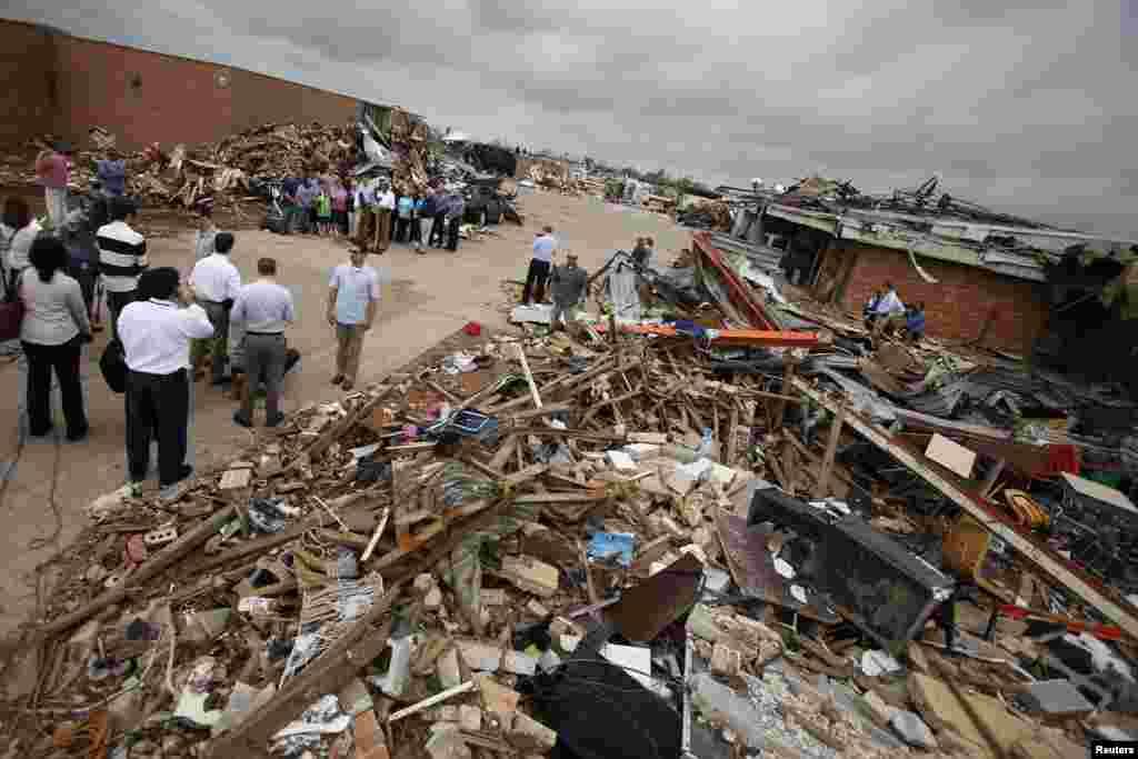 شدید آندھی سے اوکلاہوما شہر سے باہر کے دیہی علاقے کے اسکول اور اسپتال مکمل طور پر تباہ ہو گئے تھے، صدر اوباما نے اتوار کو متاثرہ علاقے کا دورہ کیا۔