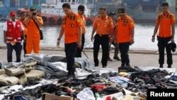Ketua Operasi SAR Lion Air JT610, Muhammad Syaugi, memeriksa barang-barang yang diduga dari lokasi kecelakaan pesawat tersebut, di Tanjung Priok, Jakarta, 30 Oktober 2018.