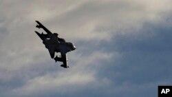 Máy bay chiến đấu Tornado bay trên căn cứ không quân Anh ở gần đảo Síp hôm 3/12 sau khi tham gia tấn công các mục tiêu của nhà nước Hồi giáo ở Syria.