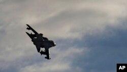 3일 시리아 내 ISIL을 겨냥해 공습을 단행한 후 복귀한 영국 군 도테이토스 전투기들이 키프로스 리마솔 시 인근 영국군 공군 기지 상공을 날고 있다.