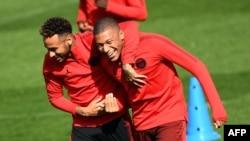 L'attaquant brésilien du PSG, Neymar, avec l'attaquant français Kylian Mbappe, lors d'une séance d'entraînement au camp d'entraînement du Camp des Loges, le 17 septembre 2018.