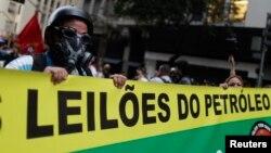 Người biểu tình cầm biểu ngữ tiến về phía trụ sở chính của Petrobras, công ty năng lượng quốc gia Brazil, tại Rio de Janeiro, ngày 21/10/2013.