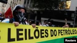 Para demonstran yang menyerukan nasionalisasi industri minyak Brazil dalam sebuah protes di Rio de Janeiro. (Reuters/Pilar Olivares)