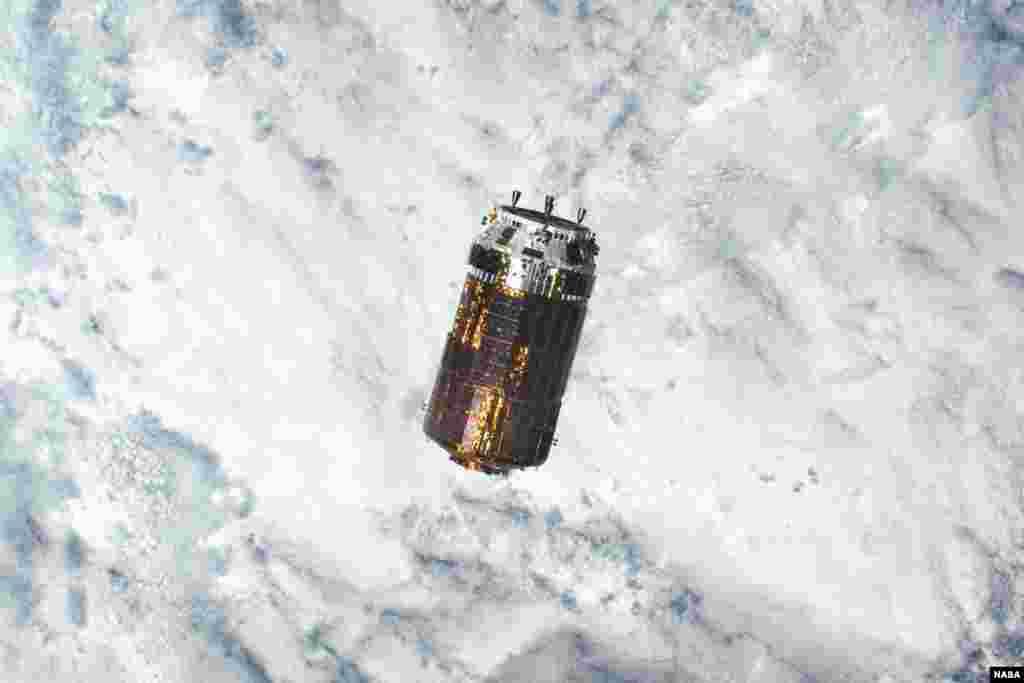 Pesawat kargo antariksa Jepang 'Kounotori' atau 'Bangau Putih' saat mendekati stasiun antariksa internasional (ISS) guna mengirim perlengkapan untuk para astronot.