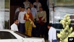 미얀마의 민주화 지도자 아웅산 수치 여사(가운데)가 1일 네피도 시 집무실에서 나오고 있다.