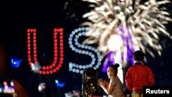 Màn pháo hoa mừng chiến thắng của ứng viên đảng Dân chủ Joe Biden trong cuộc bầu cử tổng thống 2020 hôm 7/11. Người dân Việt Nam có những phản ứng khác nhau trước kết quả bầu cử tổng thống Mỹ, trong đó ông Donald Trump được nhiều người Việt yêu thích không tái đắc cử.