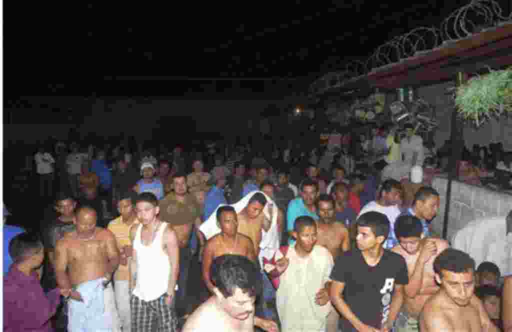 Informes de radio de Comayagua afirman que decenas de prisioneros fueron quemados más allá del reconocimiento y la prisión fue destruida por las llamas.