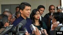 Presiden Andry Rajoelina berbicara pada media seusai pemilihan di Antananarivo.