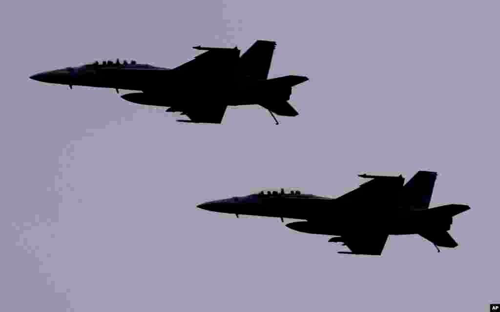 دو جت اف-۱۸ آمریکا. پنتاگون می گوید جنگنده ای مشابه، یک جنگنده سوخو در سوریه را سرنگون کرد.