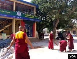 色拉佛学院的学生们正在清扫院落,准备迎接达赖喇嘛的到访(美国之音朱诺拍摄)