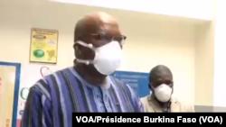 Président Jean Marc Kaboré ya Bukina Faso, na lopitalo CHU ya Tengandogo, Burkina Faso, 19 avril 2020. (VOA/Présidence Burkina Faso)