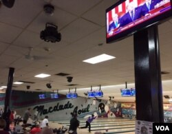 At MacDade Bowl in Holmes, Pennsylvania, bowlers competed in their weekly league as President Trump addressed the U.S. Congress, (C. Presutti/VOA)