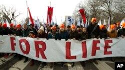 Učesnici Marša za život u pšetnji prema Vrhovnom sudu SAD (Foto: AP)