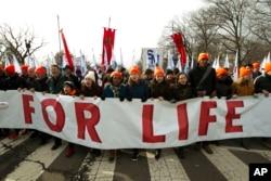 Para aktivis anti aborsi pawai di luar Mahkamah Agung AS di Washington, 18 Januari 2019. (Foto: Jose Luis Magana/AP)