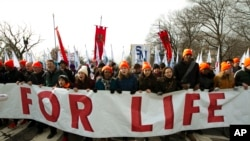 反堕胎人士游行走向美国最高法院。(2019年1月18日)